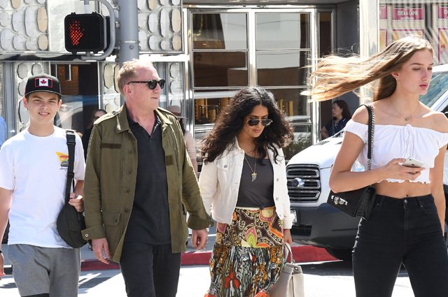 Сальма Хайек и Франсуа-Анри Пино с дочерью и сыном на прогулке в Беверли-Хиллз