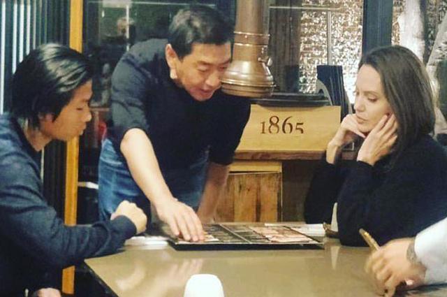 Анджелина Джоли с сыном Паксом в кафе в Сеуле