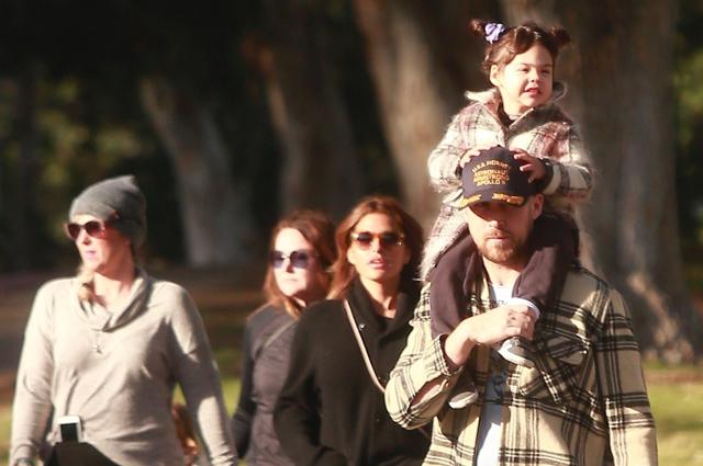 Семейный выходной: Райан Гослинг и Ева Мендес на прогулке с дочками
