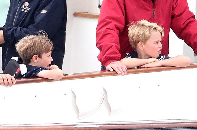 Принц Джордж с дедушкой и друзьями