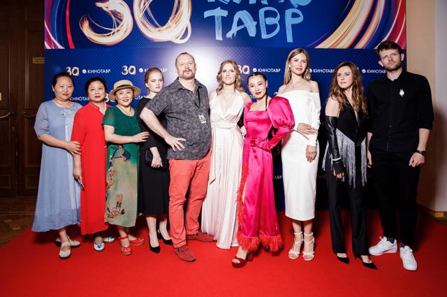 """Ян Гэ с командой фильма """"Троица"""""""