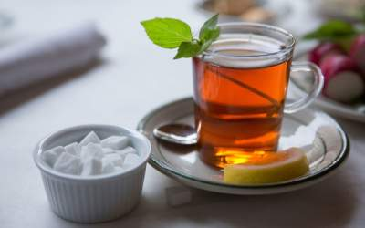 Медики объяснили, почему вредно пить чай с сахаром