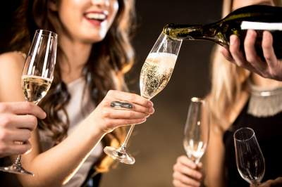 Медики рассказали, кому полезно пить шампанское