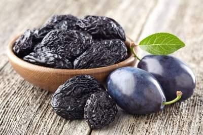Медики рассказали о пользе чернослива для здоровья женщин