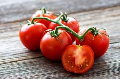 Медики рассказали, кому не стоит есть помидоры