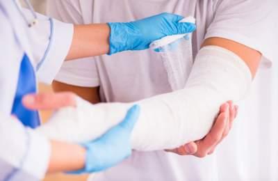 Медики рассказали, почему вредно дуть на рану