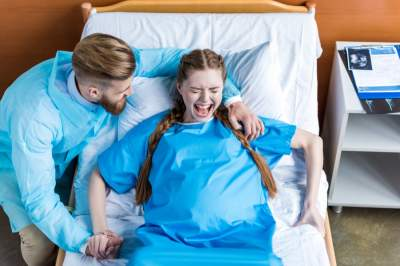 Медики рассказали о популярных мифах о родах
