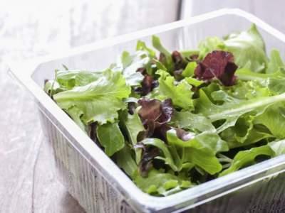 Названы продукты, которые опасно держать в пластиковых контейнерах
