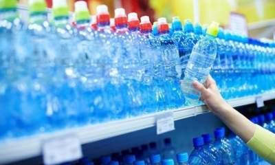 Врачи объяснили, почему нельзя пить воду из пластиковой посуды
