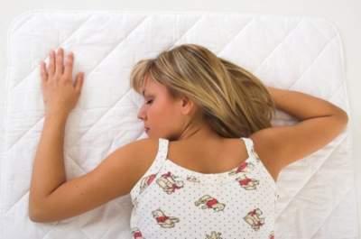 Сон на животе признали опасным для здоровья