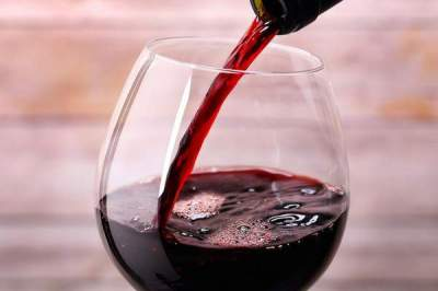 Врачи рассказали, какой алкогольный напиток может защитить от рака
