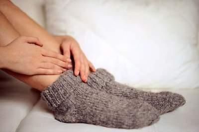 Медики назвали основные причины постоянно холодных ног