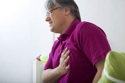 Врачи назвали причины покалывания в груди