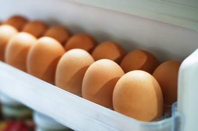 Медики объяснили, почему хранить яйца в дверце холодильника вредно