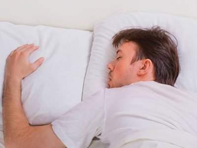 Сон на животе признан самой опасной позой
