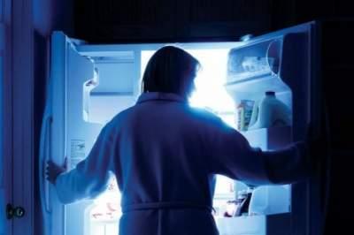 Медики объяснили, почему не стоит кушать на ночь