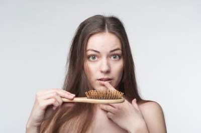 Трихологи назвали основные причины выпадения волос
