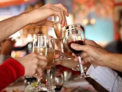Медики рассказали, как минимизировать вред алкоголя на праздники