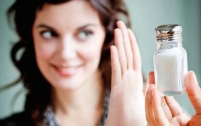 Врачи рассказали, стоит ли полностью отказываться от соли