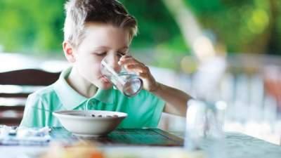Врачи рассказали, можно ли пить воду во время еды
