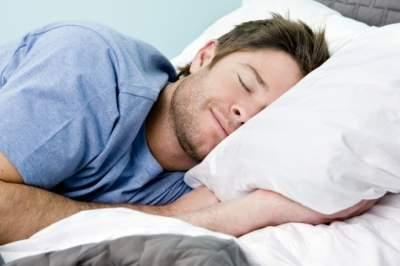Врачи назвали преимущества сна в разных позах