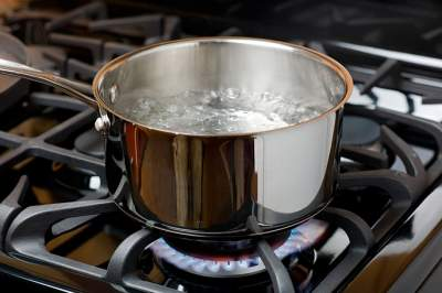 Медики рассказали о вреде повторного кипячения воды