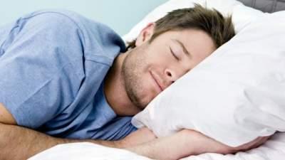 Ученые сообщили, на какой стороне кровати полезнее спать
