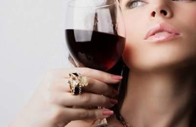 Медики перечислили основные полезные свойства красного вина