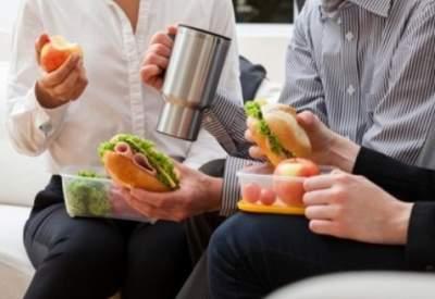 Врачи объяснили, зачем нужно обедать на работе