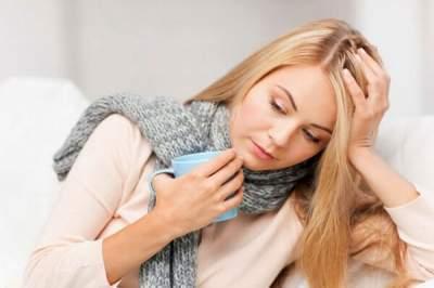 Медики объяснили, почему нельзя лечить боль в горле леденцами