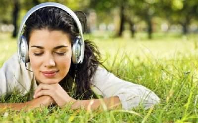 Ученые рассказали о преимуществах засыпания под музыку