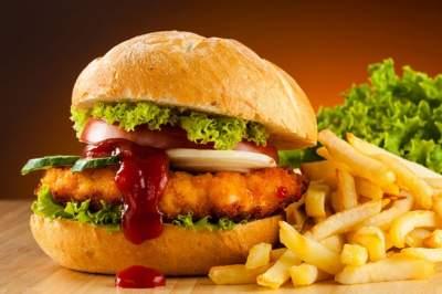 Диетологи рассказали, от какой пищи портятся нервы