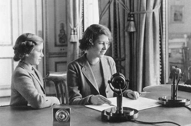 Королева Елизавета II с сестрой, принцессой Маргарет
