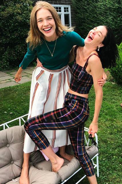 Танцы босиком и семейные посиделки: Наталья Водянова отдыхает с родными и друзьями