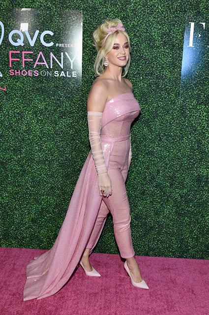 Беременную Джессику Симпсон в обтягивающем платье с глубоким декольте назвали «Иконой стиля»