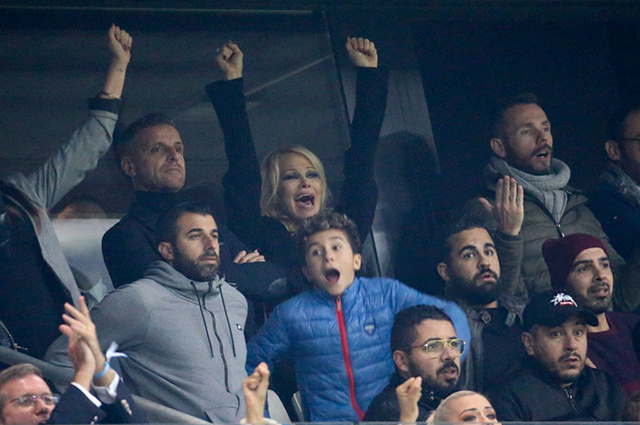 Главная фанатка: Памела Андерсон пришла поболеть за возлюбленного на матче в Марселе