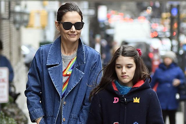 Кэти Холмс с дочерью Сури гуляет по Нью-Йорку