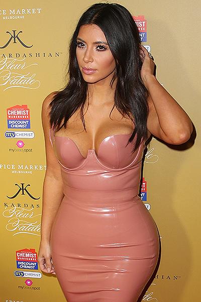 Это у них семейное: Кайли Дженнер выбрала латексное платье в стиле Ким Кардашьян