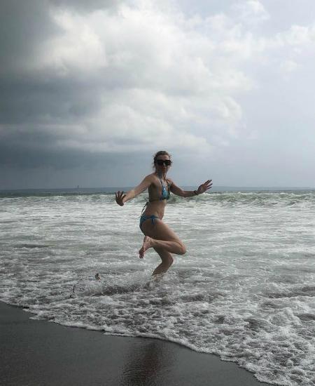 Улетели зимовать: отпускные фото Сальмы Хайек, беременной Тины Кунаки, Риты Оры, Елены Перминовой и других звезд