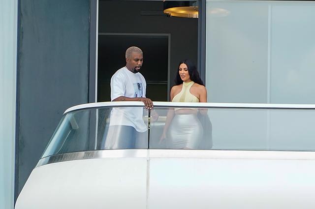 Поцелуи на балконе: Ким Кардашьян и Канье Уэст обживают новые апартаменты в Майами