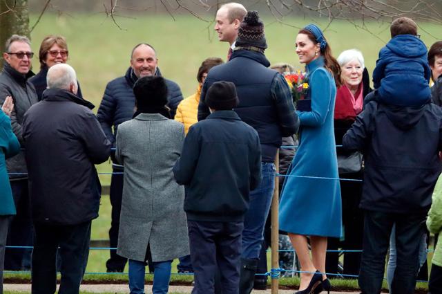Принц Уильям и Кейт Миддлтон с местными жителями