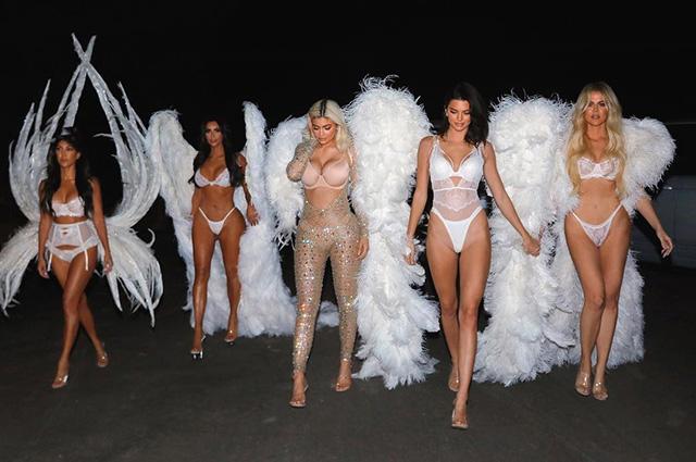 Ким Кардашьян и все ее сестры нарядились «ангелами» Victoria's Secret на Хеллоуин