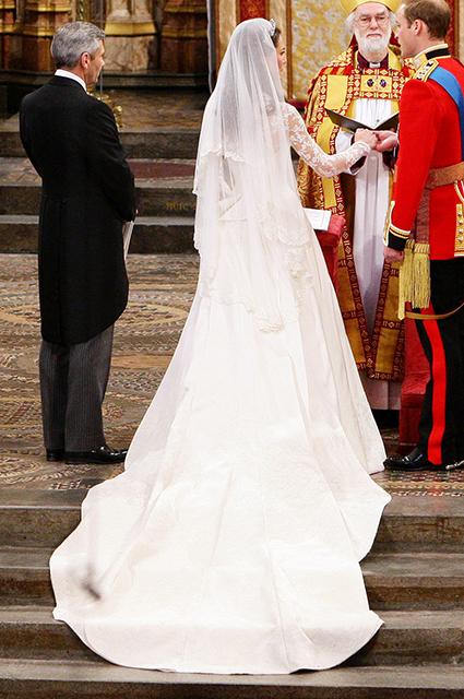 В сети сравнивают свадебные платья принцессы Евгении, Меган Маркл и Кейт Миддлтон