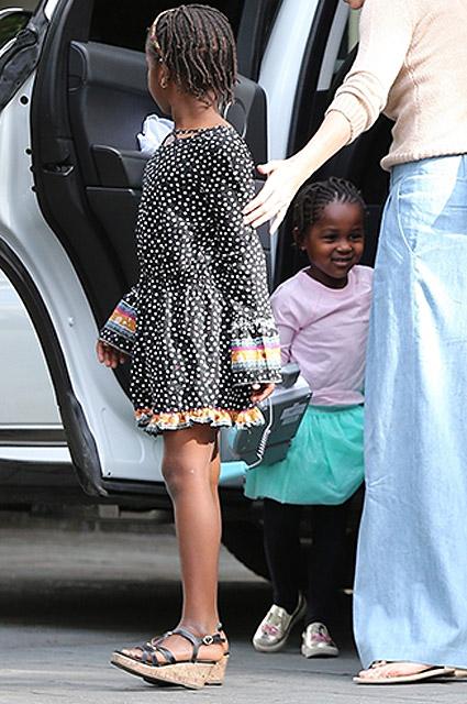 Шарлиз Терон пообедала с детьми в Лос-Анджелесе (сын Джексон снова в платье)
