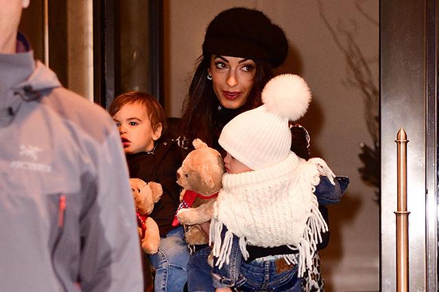 Своя ноша не тянет: Амаль Клуни с двумя детьми на руках вышла из отеля в Нью-Йорке