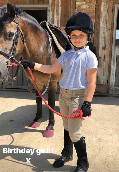 Дэвид и Виктория Бекхэм отметили день рождения дочери Харпер: смешные селфи, чаепитие и конная прогулка