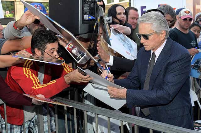 Майкл Дуглас с Кэтрин Зетой-Джонс, отцом Кирком и сыном Кэмероном открыл звезду на «Аллее славы» в Голливуде