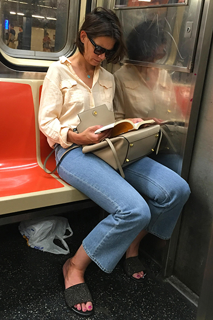 Кэти Холмс в потертых джинсах прокатилась на метро в Нью-Йорке