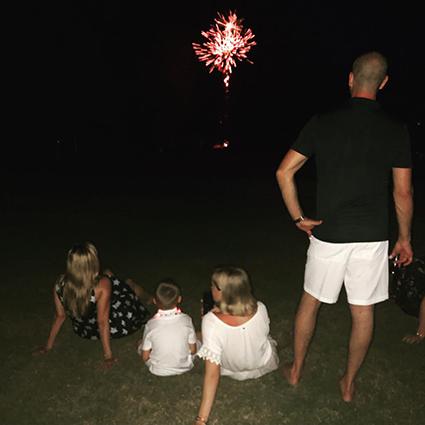 Риз Уизерспун с мужем Джимом Тотом и детьми
