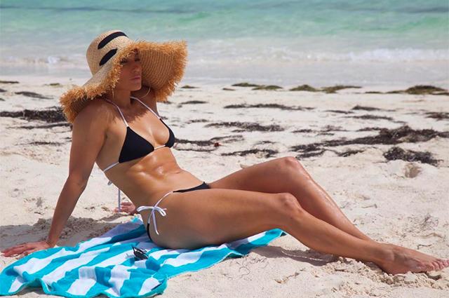Дженнифер Лопес продолжает праздновать день рождения на пляже в бикини: фото